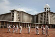 Masjid Istiqlal Disemprot Desinfektan