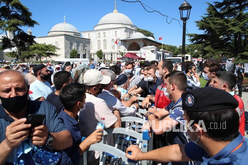 Orang Orang Menunggu Sholat Jumat Pertama Di Masjid Hagia 200724160230 515