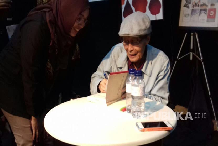 Sapardi Djoko Damono Menandatangani Buku Buku Yang Dibeli Penggemar Puisinya 170323122811 303