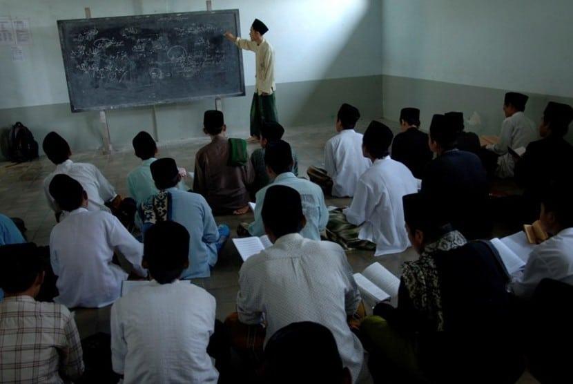 Sejumlah Santri Di Ponpes Lirboyo Kediri Menjalani Pemantapan Dakwah 130110101457 810