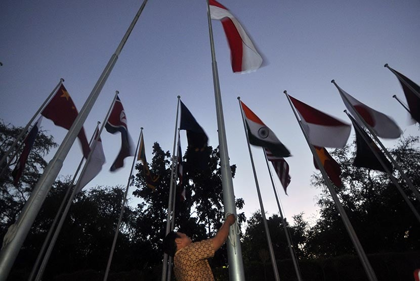 Seorang Petugas Mengganti Bendera Indonesia Yang Dipasang Di Antara Bendera Bendera Negara Peserta Pertemuan Menteri Luar Negeri Asean Di Bali International Convention Centre (bicc), Nusa Dua, Bali, Senin (18/7)