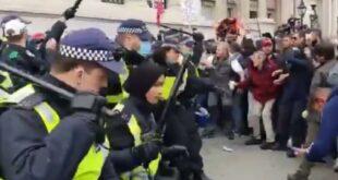 Polisi Muslimah Bertubuh Mungil Ini Terlihat Mengatasi Pengunjuk Rasa 200930114515 163