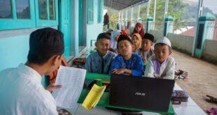 Sejumlah Santri Dipandu Guru Agama Belajar Alquran Melalui Komputer 190807204812 563
