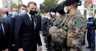 Macron Sedang Memeriksa Pasukan Yang Diturunkan Menumpas Teroris