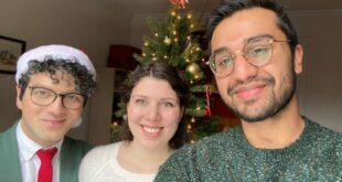 Mohammad Hussain dan rekan serumahnya yang merayakan Hari Natal