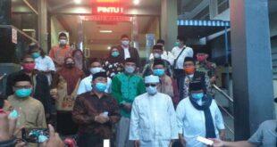 Para ulama dan kiai yang tergabung dalam Barisan Ksatria Nusantara usai melaporkan Munarman ke Mapolda Metro Jaya sindonews.com