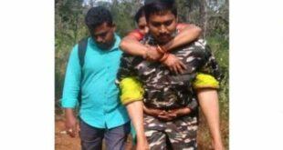 Polisi Muslim di India menggendong wanita Hindu saat akan berziarah