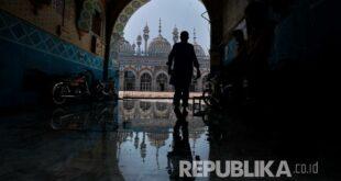 Umat Muslim Datang Untuk Menghadiri Shalat Subuh Di Sebuah 200424163835 322