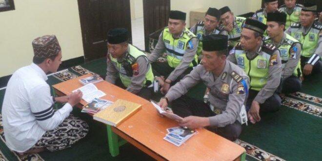 Anggota Polisi Saat Belajar Mengaji