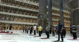 Presiden Jokowi dan beberapa menteri serta pejabat lainnya melakukan salat maghrib berjamaah usai meresmikan new Masjid Istiqlal setneg