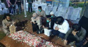 cupink topan dan sejumlah pelayat berdoa di makam syekh 210114215658 328