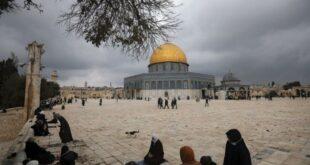 umat muslim berkumpul untuk salat jumat di samping masjid 201115181751 128