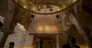 karya seni dan arsitektur islam berupa 'hammam' yang ditemukan di sevilla, spanyol.