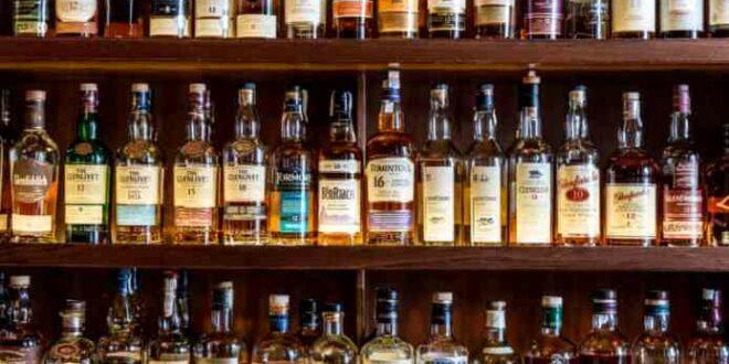 botol wiski berderet di sebuah bar