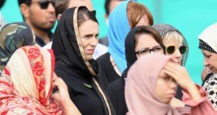 perdana menteri selandia baru jacinda ardern di tengah wanita muslim keluarga korban tragedi christchurch