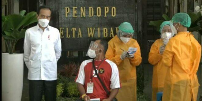 Presiden Jokowi menyaksikan vaksinasi Covid 19 di Sidoarjo Jawa Timur