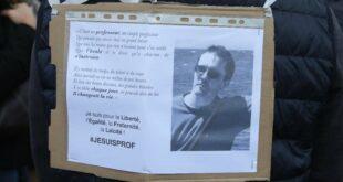 foto samuel paty dalam poster salah satu demonstran di prancis yang berkumpul untuk menyerukan dukungan pada kebebasan berbica 169