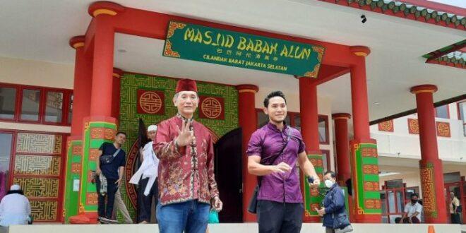 Jusuf Hamka di depan Masjid Babah Alun Cilanda