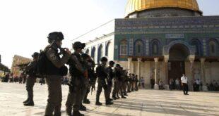 polisi israel berjaga di depan masjid al aqsa