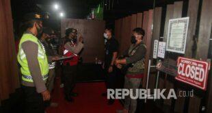 petugas gabungan memberi teguran kepada penjaga tempat hiburan yang 210131150019 445