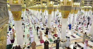 umat muslim di arab saudi melakukan sholat tarawih pertama 210413074115 342