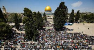 umat muslim melakukan salat jumat pertama pada bulan ramadan 210417151439 238