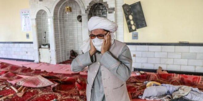 Seorang muadzin mengumandangkan adzan di antara puing puing masjid setelah teror bom