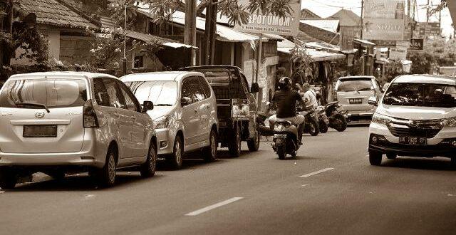 parkir kendaraan di jalan