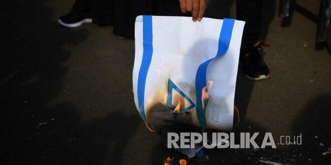 pengunjuk rasa membakar kertas bergambar bendera israel saat mengikuti 210518170835 350
