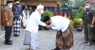 Menag Yaqut Cholil Qoumas mencium tangan KH Ahmad Chalwani Pengasuh Ponpes An Nawawi Purworejo