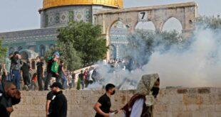 muslim palestina berlarian menghindari serangan tengara isral usai salat jumat di masjid al aqsa