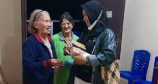 muslimah berhijab dari manado berikan alkitab kepada nenek kristiani