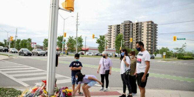 anggota selamati meletakkan bunga tanda berduka di lokasi penabrakan 210608061310 314