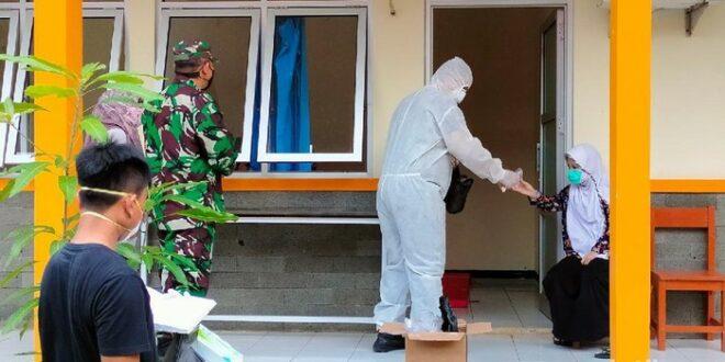 petugas medis memeriksa penghuni ponpes di majalengka 169