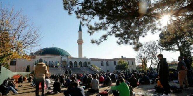 umat muslim melaksanakan sholat di masjid di wina