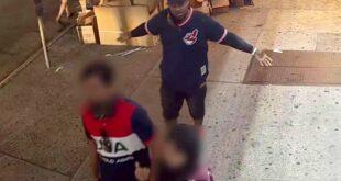 Aksi Naved Durrni saat menyerang pasangan Muslim di kota Queens New York