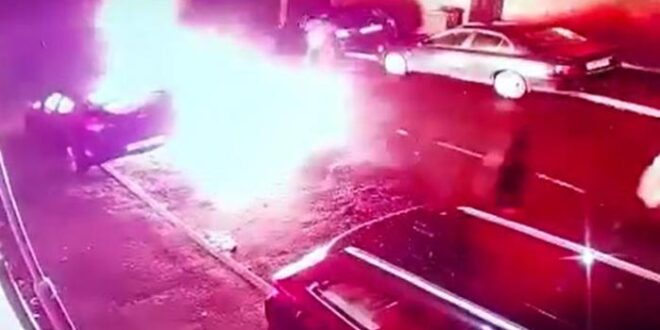 Mobil Arooj Shah terbakar