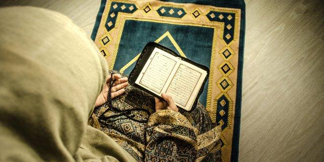 Muslimah sedang membaca Alquran ilustrasi