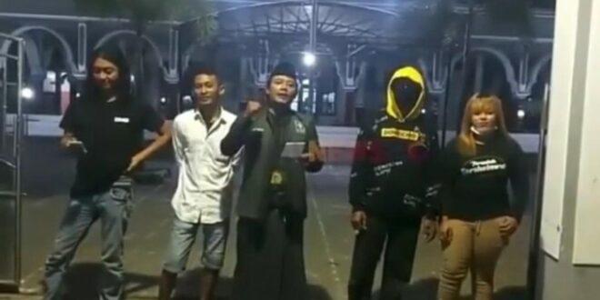 Pria yang menolak penutupan masjid di Situbondo