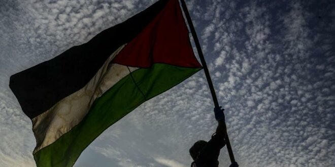 anggota komunitas bagi indonesia mengibarkan bendera palestina saat melakukan