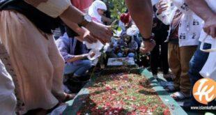 menabur bunga di makam