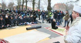 umat muslim di distrik reinickendorf berlin jerman melaksanakan shalat