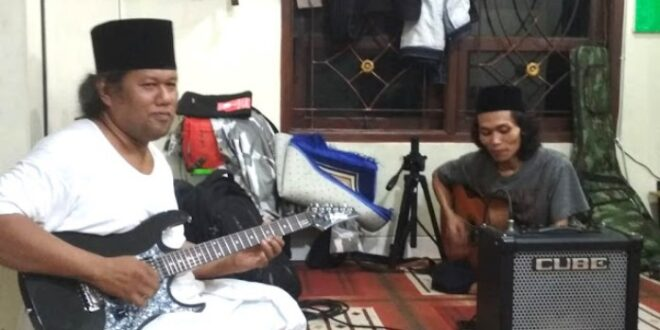 Gus Muwafiq bermain gitar dan musik