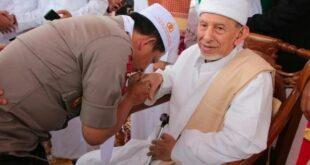 Jenderal Tito Karnavian mencium tangan Habib Saggaf bin Muhammad Al Jufri