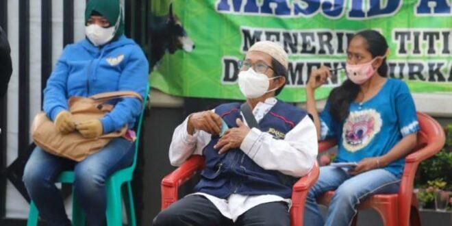 Masyarakat mengantre dengan nyaman saat mengikuti vaksinasi di Masjid Ash Shalihin Koja Jakarta Utara