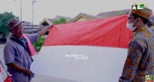 UAH membeli Bendera Merah Putih dari kakek penjual bendera keliling