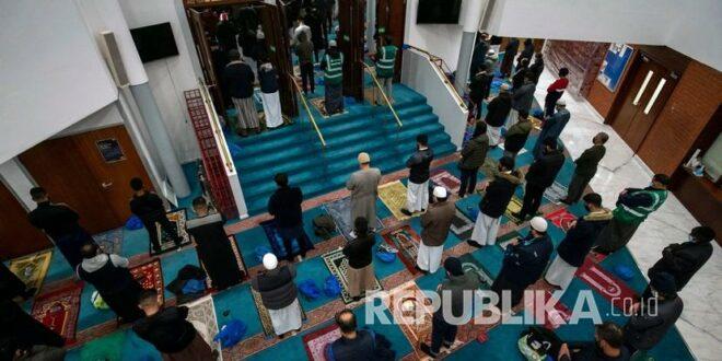 orang orang shalati di masjid london timur pusat muslim