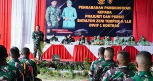 Pangkostrad Letjen TNI Dudung Abdurachman memberikan pengarahan kepada prajurit TNI