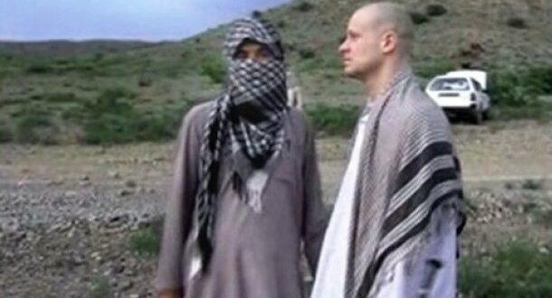 Sgt Bowe Bergdahl bersama salah satu anggota Taliban