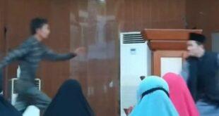 Ustaz Abu Syahid Chaniago diserang saat berceramah di Masjid Baitus Syakur Batam
